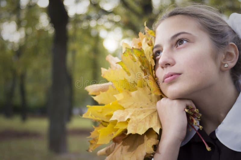 Gentille jeune écolière adolescente en parc photos stock