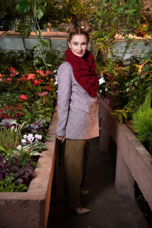 Gentille jeune femme positive portant un manteau photo stock