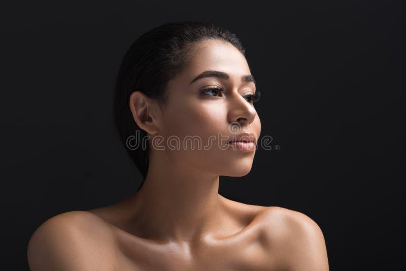 Gentille jeune fille avec l'expression concentrée photographie stock