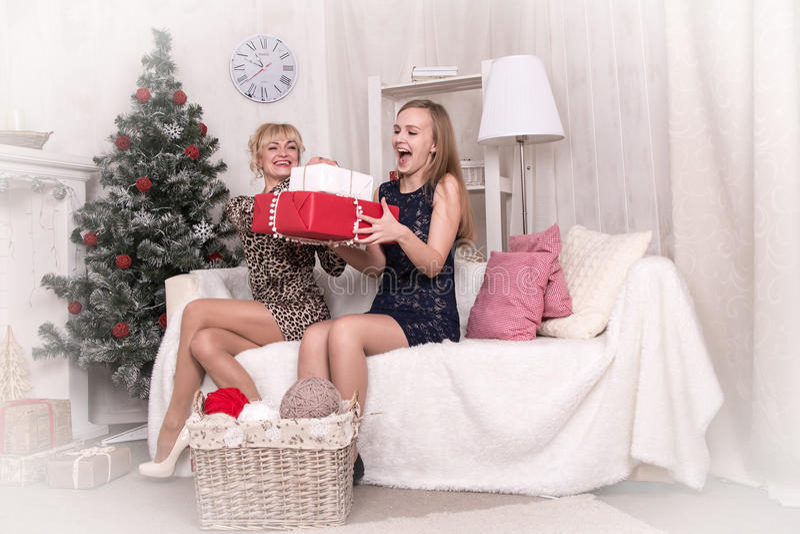 Gentilles filles dans la chambre avant Noël photo stock