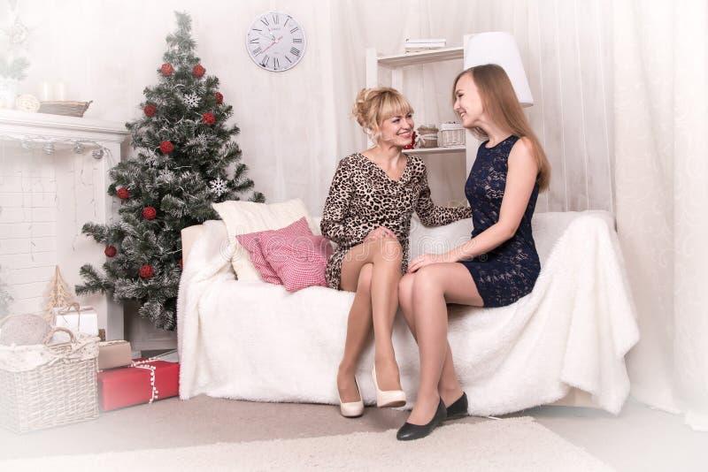 Gentilles filles dans la chambre avant Noël photographie stock libre de droits