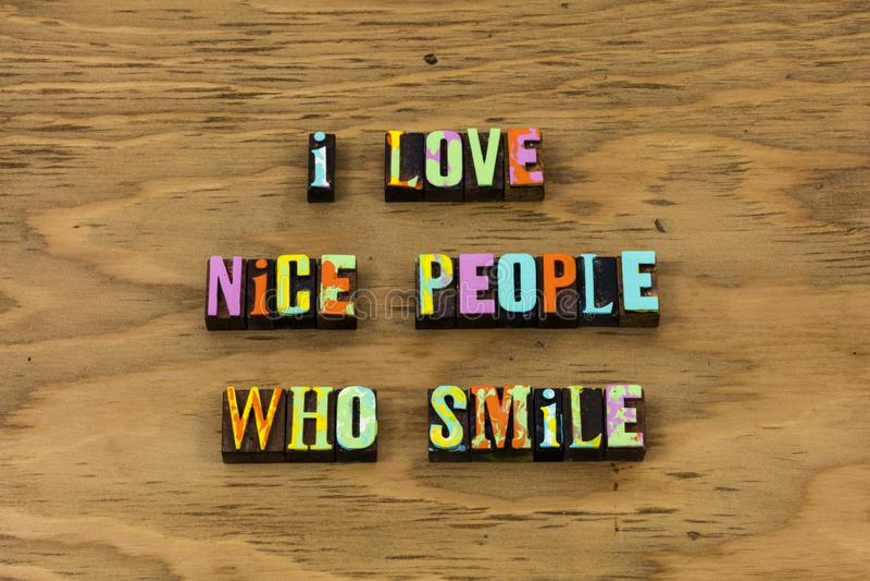 Gentilles personnes d'amour qui sourient citation heureuse d'impression typographique photos stock
