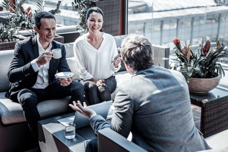Gentils hommes d'affaires futés s'asseyant dans le café photo stock