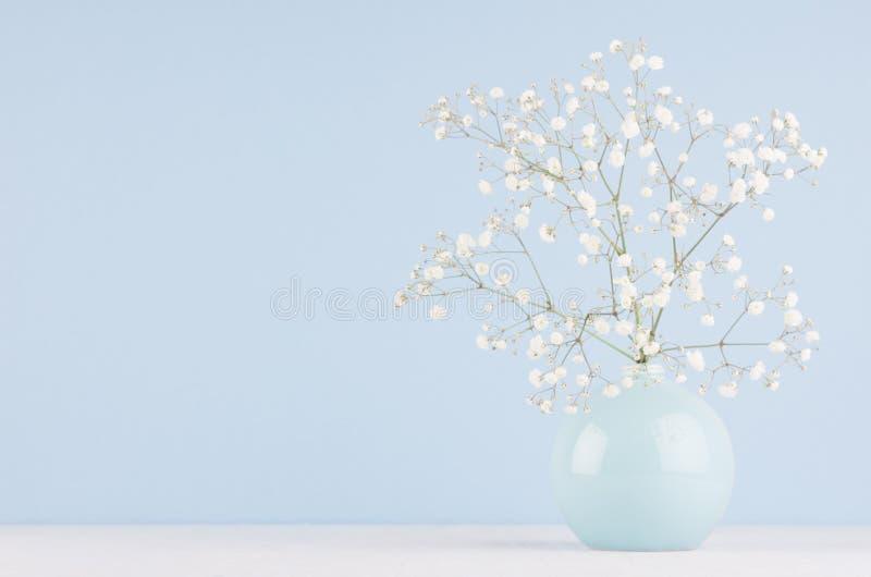 Gentle элегантный букет малых цветков в керамическом шаре круга на мягкой пастельной голубой предпосылке стоковая фотография