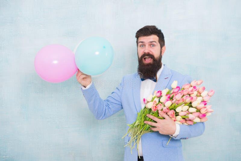 Gentleman som gör den romantiska överraskningen för henne Blommar leverans Romantiskt datum för gentleman allsång tre för spelrum royaltyfri fotografi