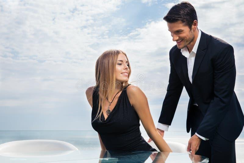 Gentleman som hjälper hans flickvän arkivbild