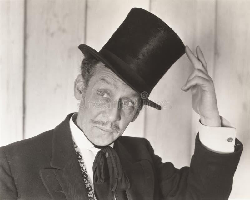 Gentleman som tippar hans hatt royaltyfri foto