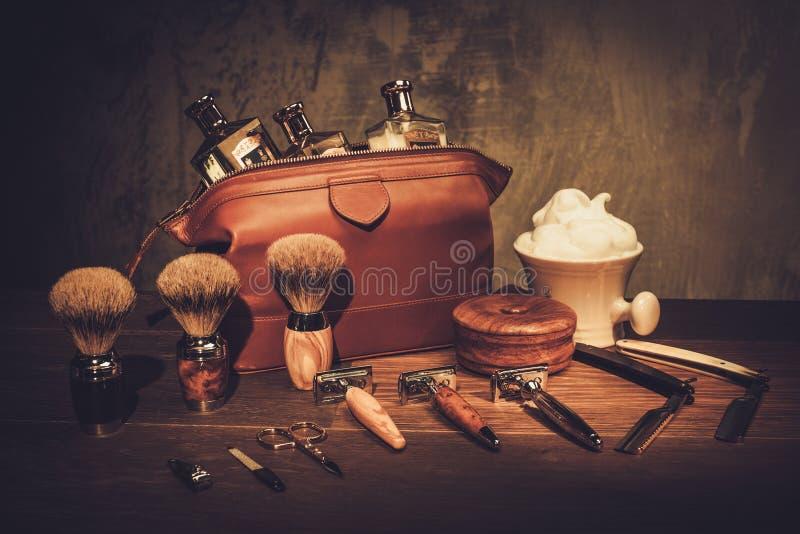 Gentlemans tillbehör på ett lyxigt träbräde arkivfoton