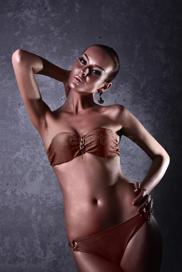 genuß Glatte Frau mit goldener Körper-Kunst glamor lizenzfreie stockfotos