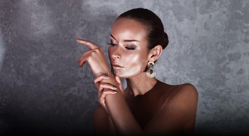 genuß Glatte Frau mit goldener Körper-Kunst glamor lizenzfreies stockbild