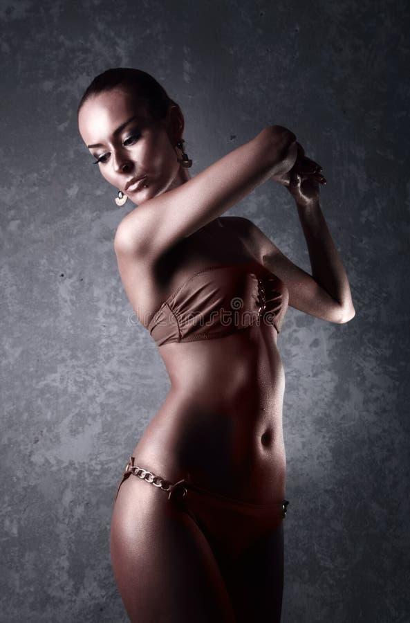 genuß Glatte Frau mit goldener Körper-Kunst glamor lizenzfreies stockfoto
