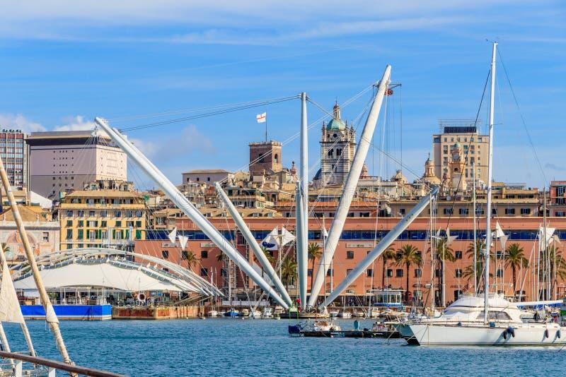 Genua beherbergtt mit dem panoramischen Aufzug, der mitten in Genuas Porto, Italien aufgestellt wird lizenzfreie stockbilder