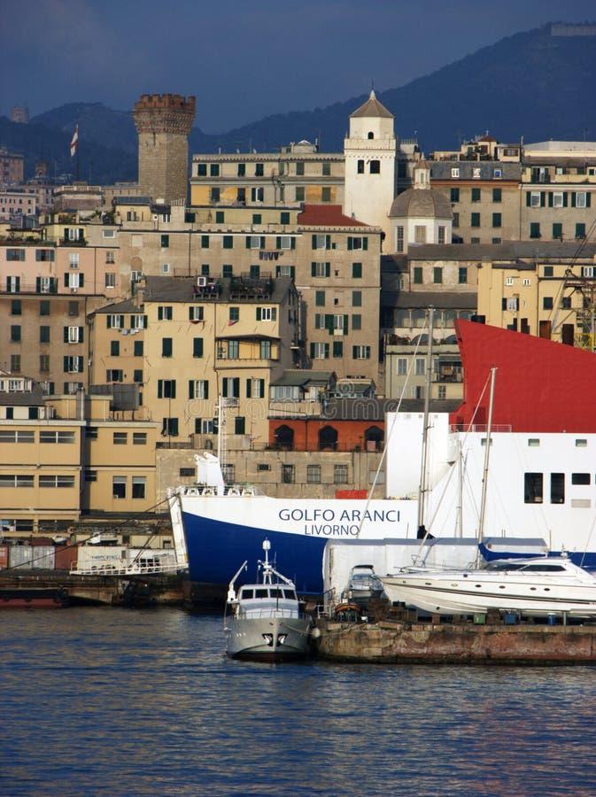 Genua-Hafen und -stadt im Hintergrund lizenzfreie stockfotos