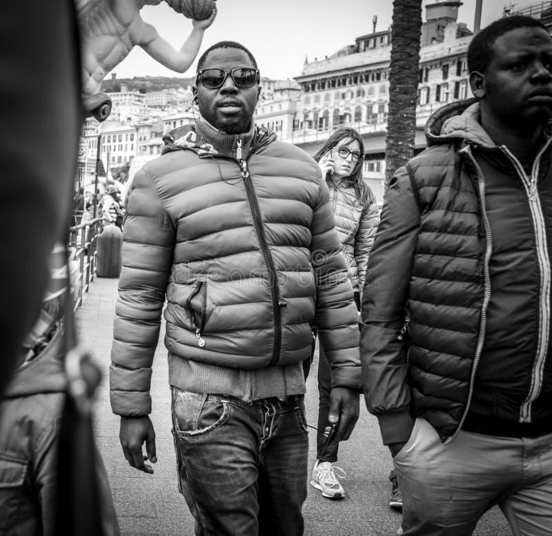 Genua Italien - April 21, 2016: Afrikanska män som vaknar vid det emban arkivfoto