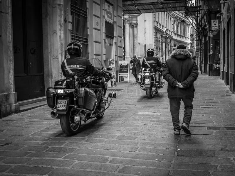 Genua Italien - April 21, 2016: Italienska polismän royaltyfri bild