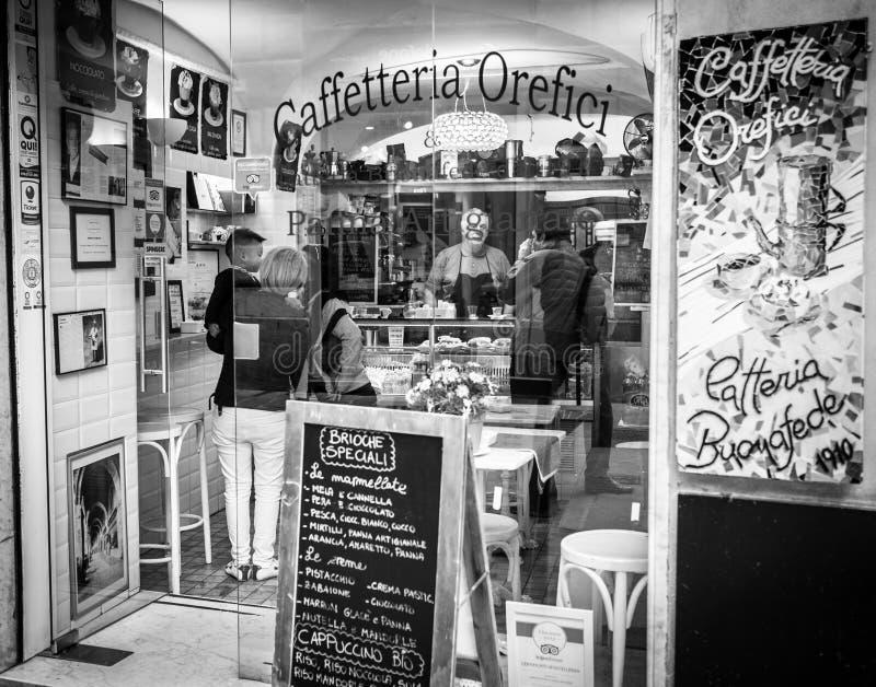 Genua Italien - April 21, 2016: Italienskt folk som köper det varje Det royaltyfria bilder