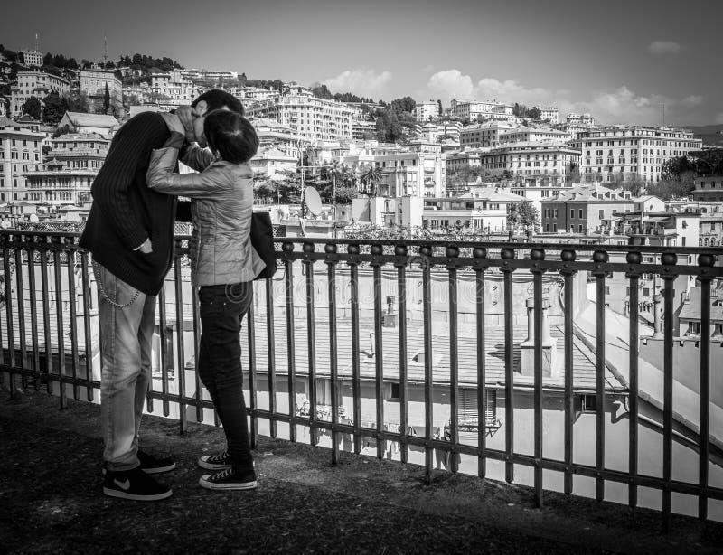 Genua Italien - April 21, 2016: Unga förälskade par som kysser på t arkivfoto