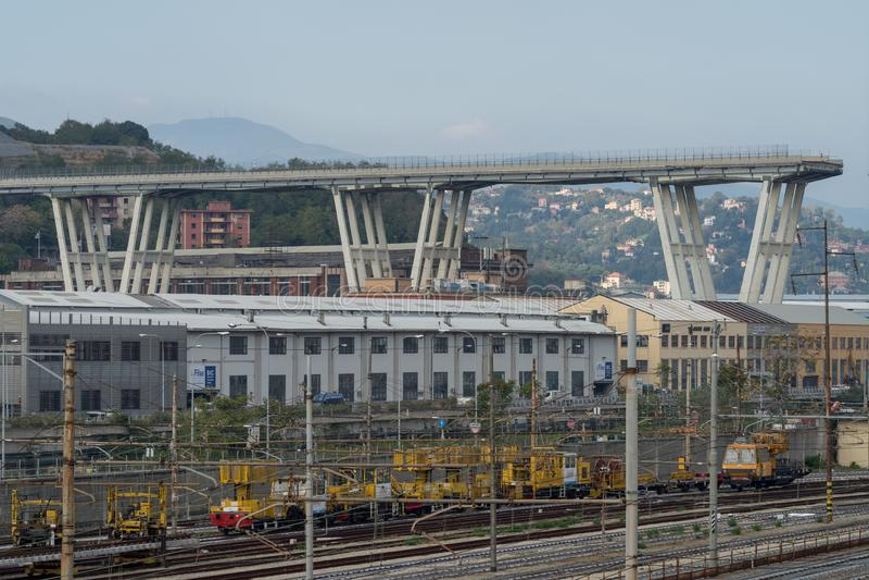 Genua, Italien Ein Abschnitt des teilweise eingestürzten Morandi Bridg lizenzfreie stockbilder