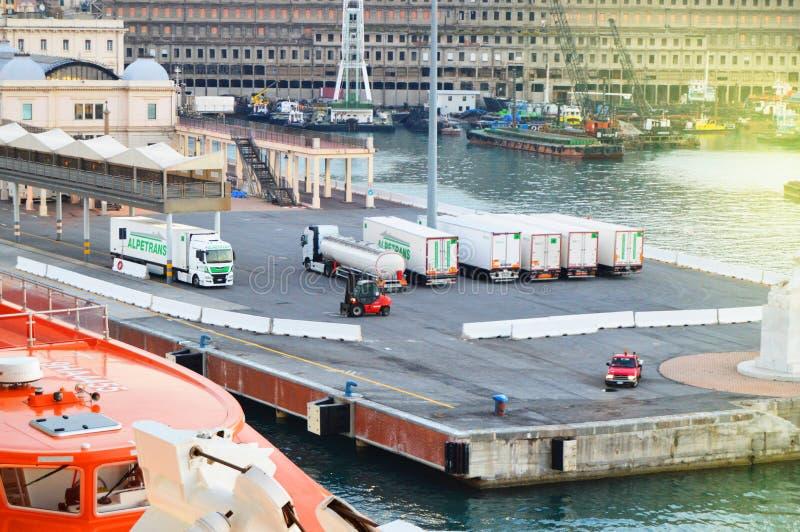 Genua, Italien - 13. Oktober 2018: Panorama des alten Hafens mit Portkränen, Pier, LKWs, Seeansicht, früher Morgen, Dämmerung lizenzfreie stockbilder