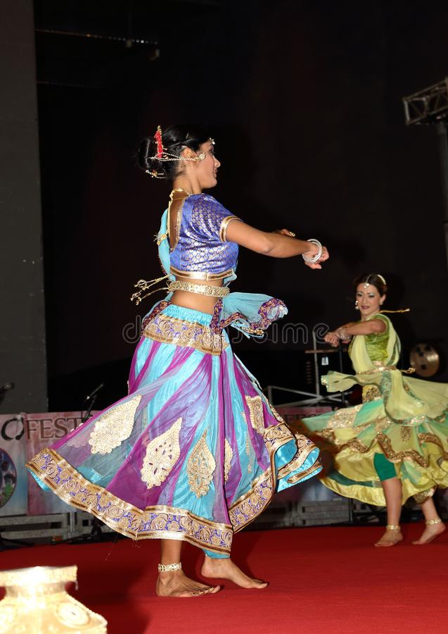 Genua marzec 9th -2019: tradycyjny orientalny Indiański taniec przy festiwalem wschód w genui obrazy stock