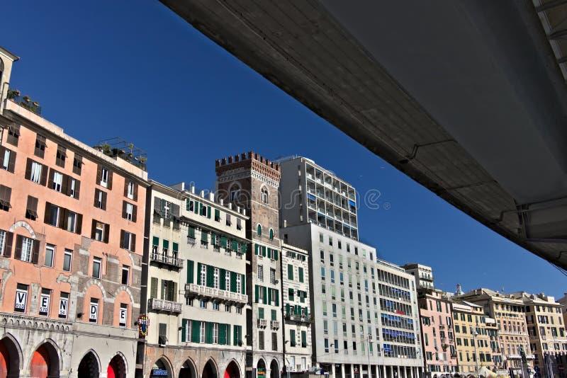 genua Paläste, die den alten Hafen übersehen lizenzfreie stockfotografie