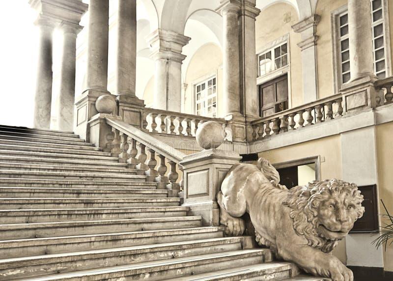 Genua, Włochy - uniwersytet genua główny schody dekorował z fotografia stock