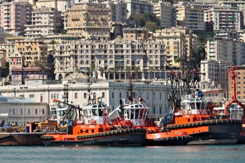 genua Yachten und Schlepper am alten Hafen stockfotos