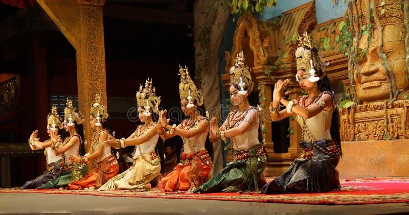 Genuflexão dos dançarinos de Apsara imagens de stock royalty free