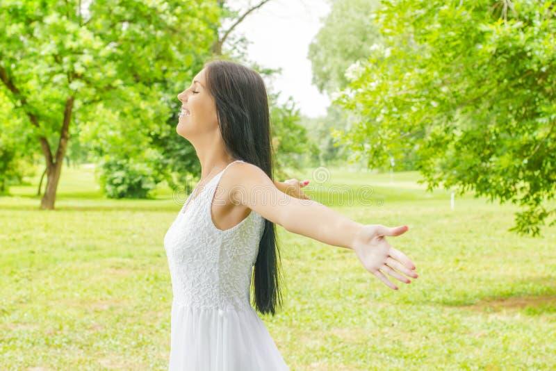 Genuss der jungen Frau des Glückes in der Natur stockfoto