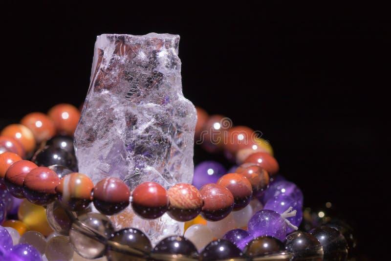 Geoda con las pulseras semipreciosas de la piedra preciosa que cargan, concepto de la espiritualidad, medicina alternativa del cu imagen de archivo libre de regalías