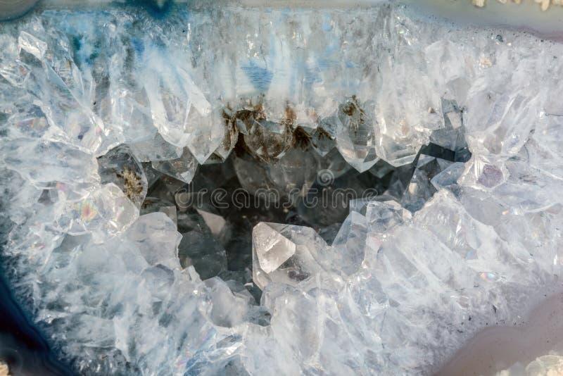 Geoda del cuarzo con los cristales transparentes Corte transversal de la piedra natural fotos de archivo libres de regalías