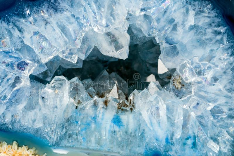 Geoda z kryształami bławy kolor zdjęcia stock