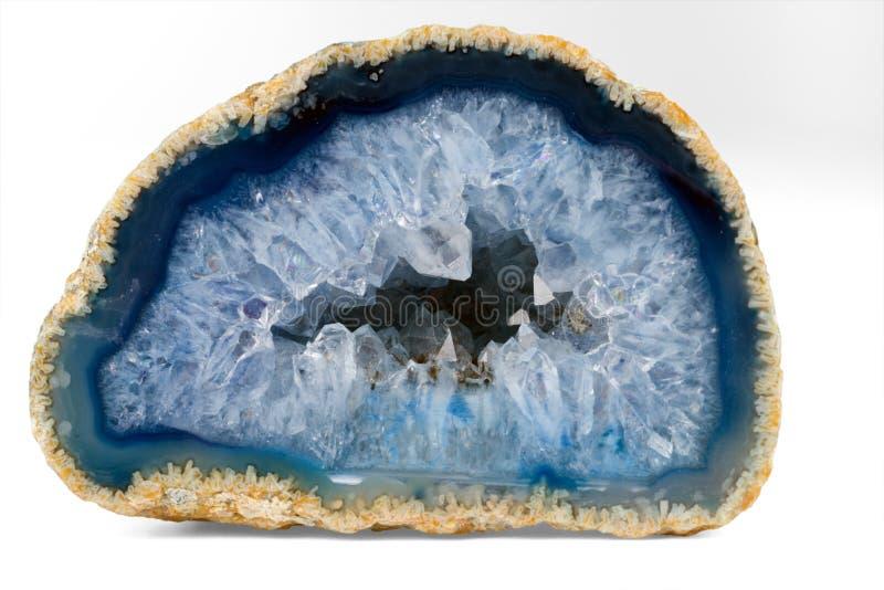 Geode con i cristalli di colore blu-chiaro Sezione trasversale della pietra naturale fotografia stock