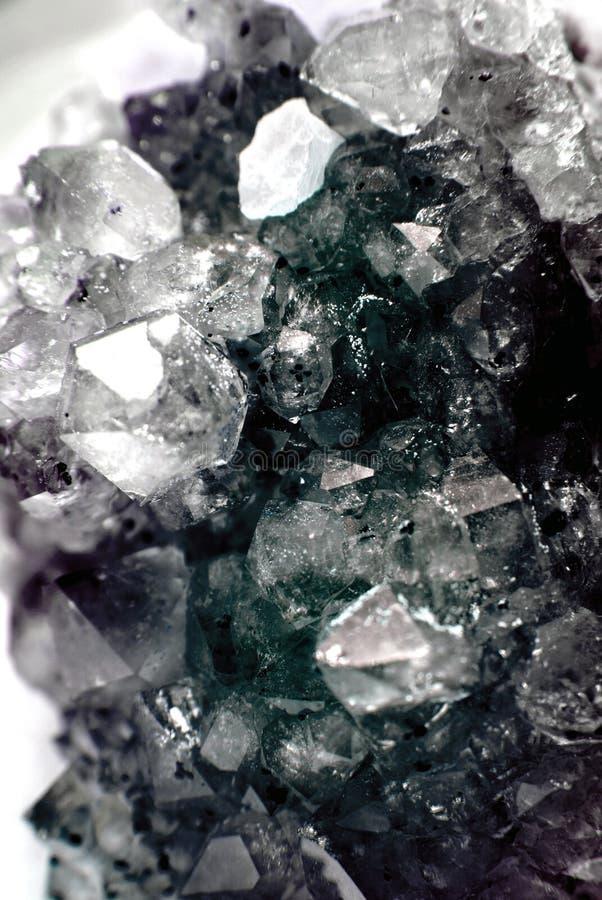 Geode do conjunto enchido com os cristais de quartzo da rocha ilustração royalty free