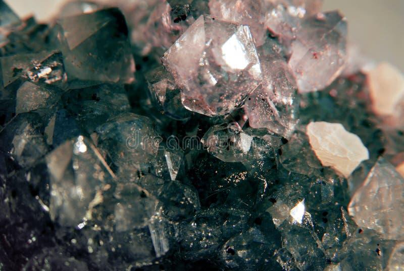 Geode do conjunto enchido com os cristais de quartzo da rocha ilustração stock