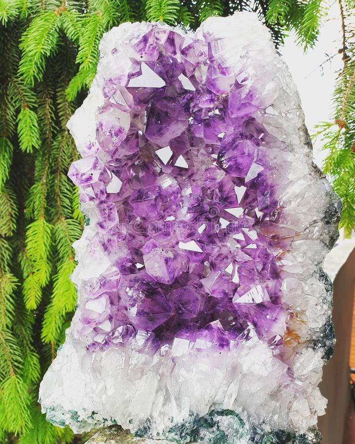 Geode do cristal da ametista imagens de stock royalty free