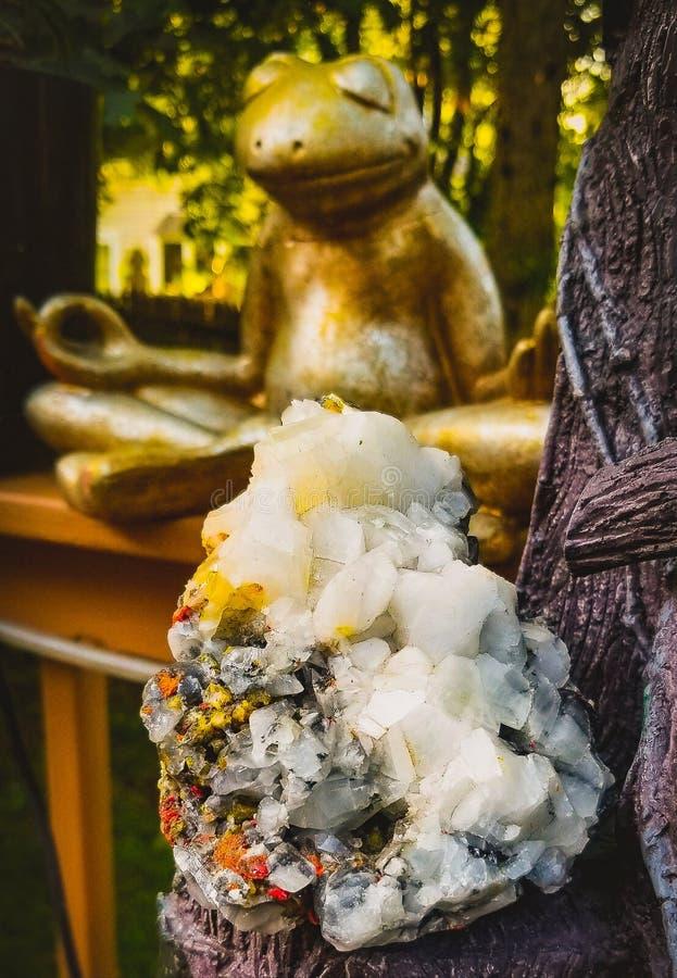Geodehalfedelsteen met het Mediteren van Kikker royalty-vrije stock afbeeldingen