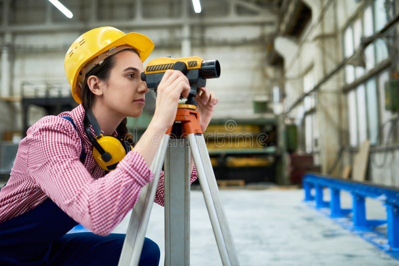 Geodesist femenino que trabaja en sitio fotos de archivo
