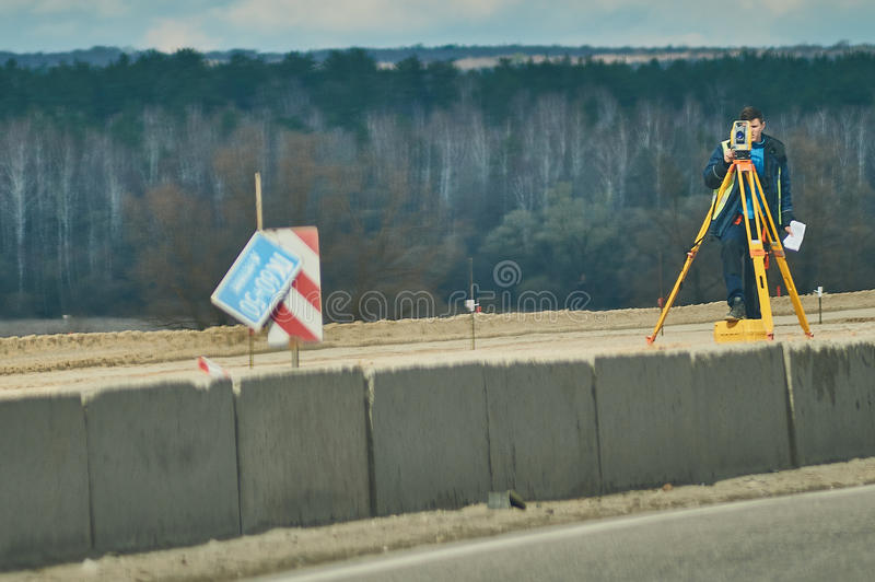 Geodeta podczas gdy pracujący na pasku autostrada w Kaluga regionie (Rosja) obraz royalty free