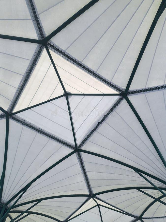 Geodetisk struktur, textur och bakgrund för glasfiberkupoltak royaltyfria bilder