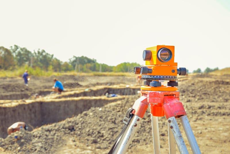 Geodety wyposażenia GPS system outdoors przy archeologicznym miejscem Geodeta inżynieria z przeglądać equipement zdjęcia royalty free