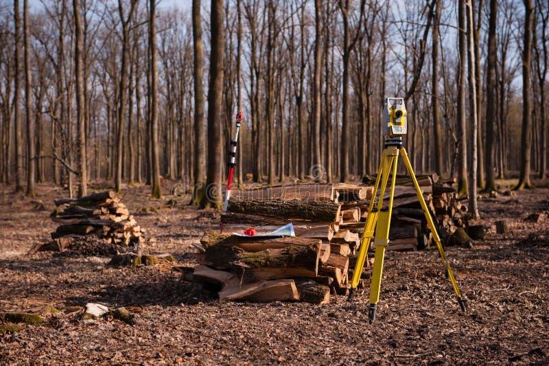 Geodezja, theodolite na tripod w lesie obraz stock