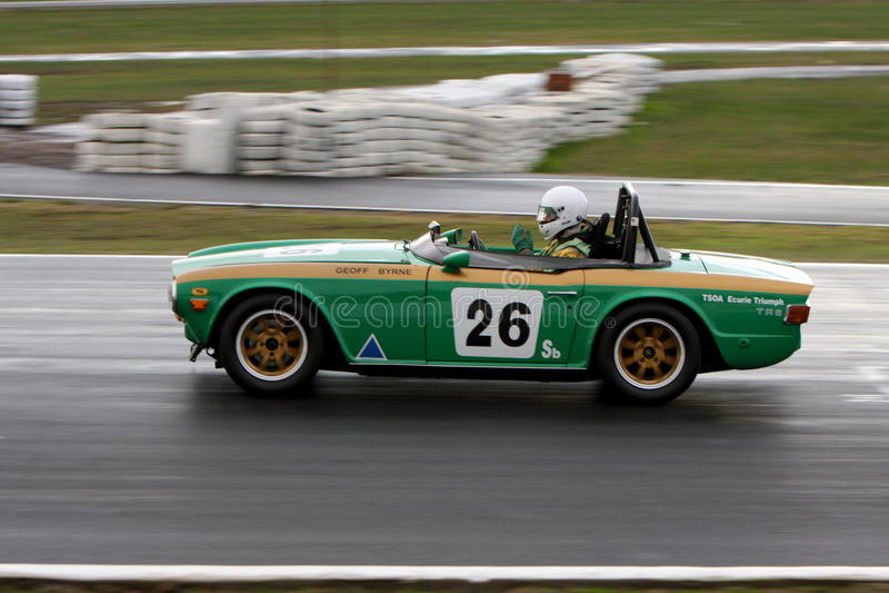 Geoff Byrne in een 1969 Triumph TR6 op de voorzijde rechtstreeks in Winton royalty-vrije stock foto