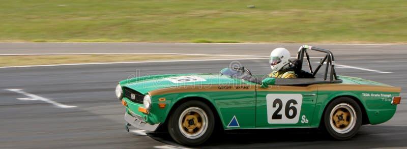 Geoff Byrne i 1969 Triumph TR6 på den främre raksträckan på Winton royaltyfri fotografi