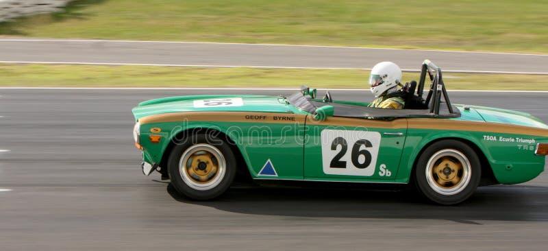 Geoff Byrne i 1969 Triumph TR6 på den främre raksträckan på Winton royaltyfri bild