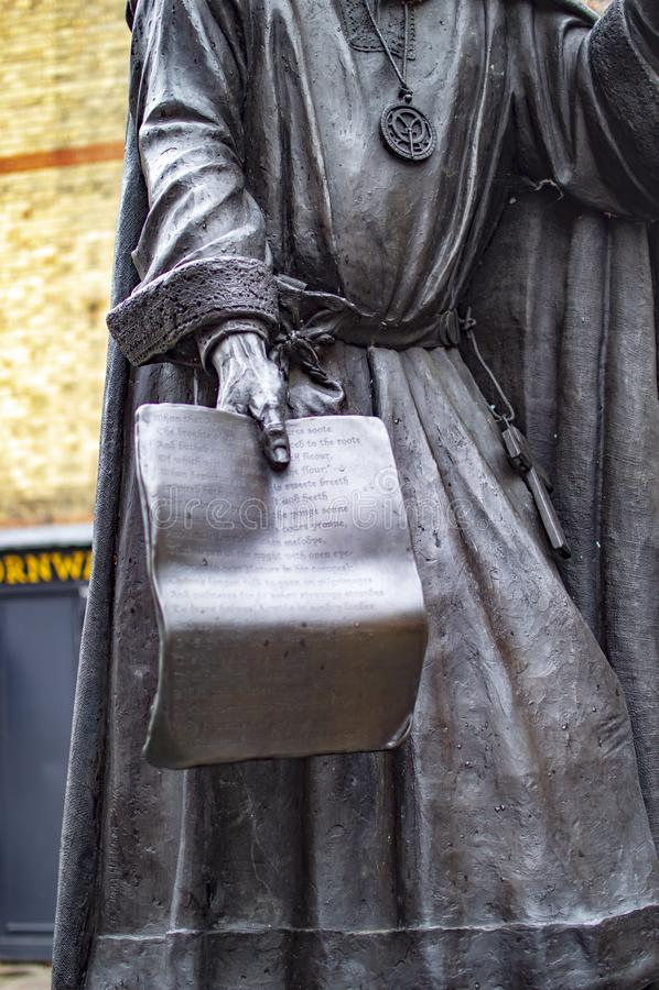 Geoffrey Chaucer-standbeeld die een inschrijving met namen houden royalty-vrije stock afbeeldingen
