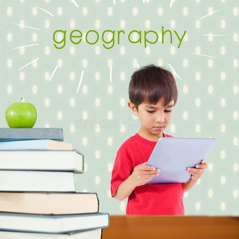 Geografia contra a maçã vermelha na pilha dos livros imagens de stock