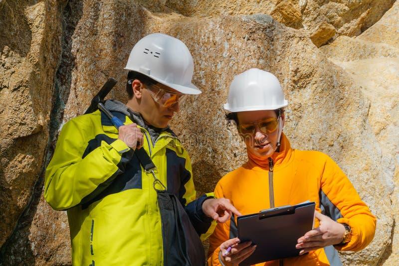 Geolodzy przeciw skałom w jarze zdjęcie royalty free
