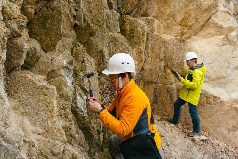 Geolodzy przeciw ska?om w jarze obraz royalty free