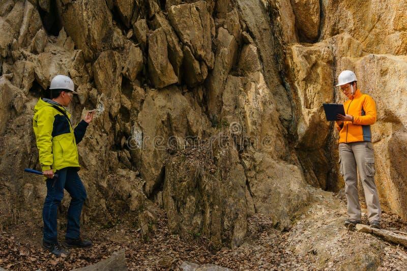 Geolodzy przeciw ska?om w jarze fotografia stock